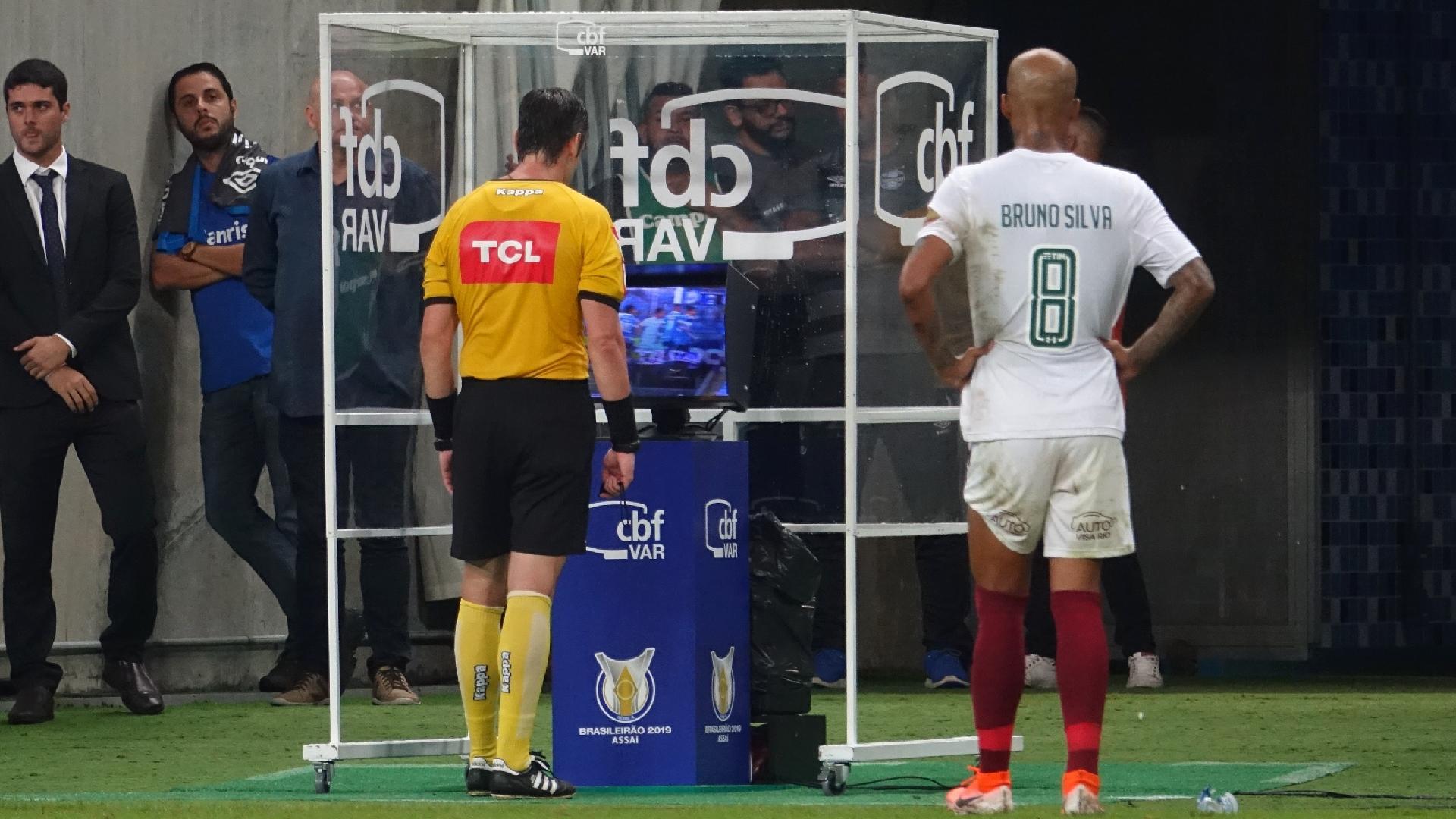 Raphael Claus consulta o VAR durante a partida entre Grêmio e Fluminense