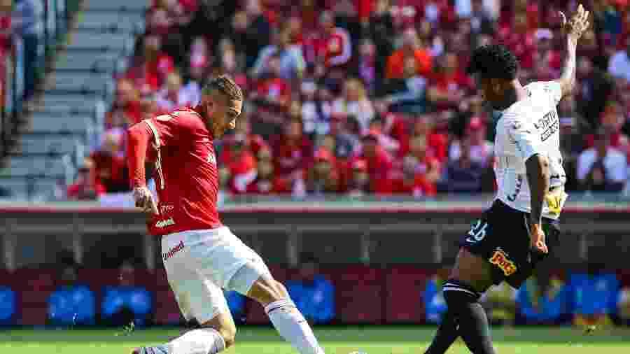 Paolo Guerrero tenta passar pela marcação de Gil durante a partida entre Internacional e Corinthians, no 1º turno - Pedro H. Tesch/AGIF