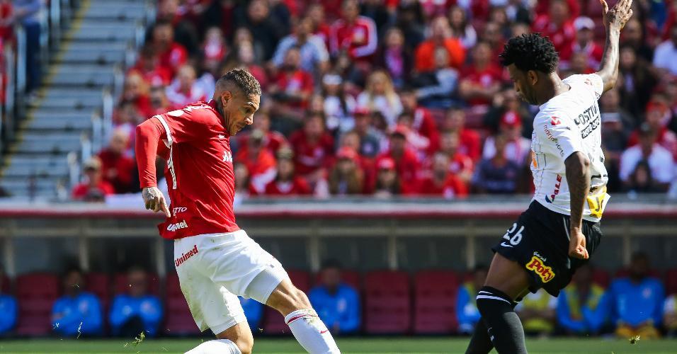 Paolo Guerrero tenta passar pela marcação de Gil, durante a partida entre Internacional e Corinthians