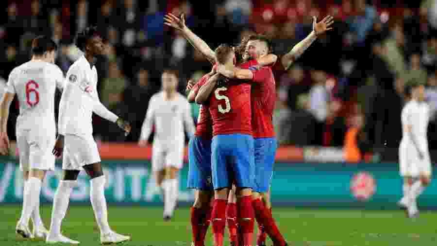 Jogadores da República Tcheca comemoram gol contra a Inglaterra - REUTERS/David W Cerny