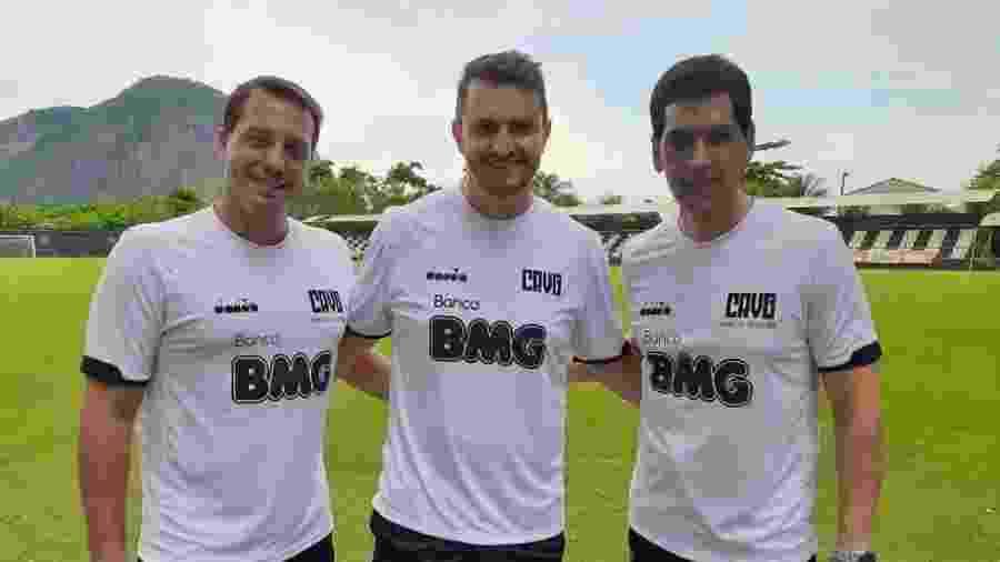 Marcos Cézar (c) posa ao lado de Rodrigo Furtado (coordenador médico) e Marcos Teixeira (diretor médico) no Vasco - Carlos Gregório Júnior / Vasco