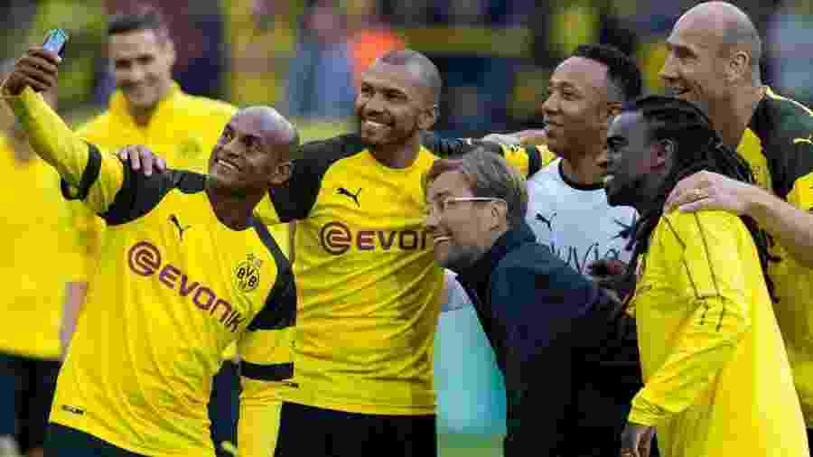 Ex-jogadores do Borussia Dortmund posam para selfie com o técnico Jürgen Klopp, hoje no Liverpool - Getty Images