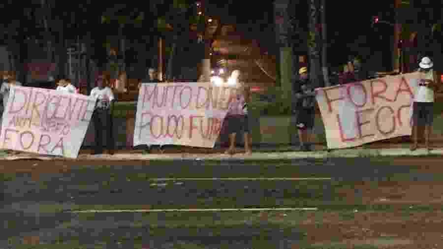 Torcedores do São Paulo protestaram após vitória contra o Fortaleza na portaria do Morumbi - Reprodução