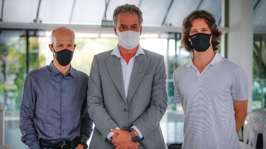 Sérgio Coelho (centro), novo presidente do Galo, posou ao lado de Ricardo Guimarães (esquerda), um dos mecenas do Galo - Bruno Cantini/Atlético-MG