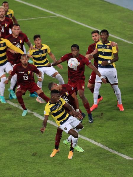 Moises Caicedo, do Equador, e Edson Castillo, da Venezuela disputam no jogo aéreo em partida pela Copa América - Buda Mendes/Getty Images