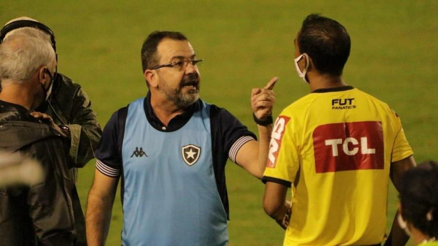 Técnico do Botafogo, Enderson Moreira se enerva e reclama da arbitragem após vitória sobre o Confiança em Aracaju - EMANUEL ROCHA/FUTURA PRESS/FUTURA PRESS/ESTADÃO CONTEÚDO