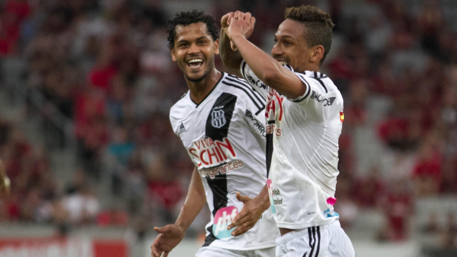 Biro Biro comemora gol da Ponte Preta contra o Atlético-PR