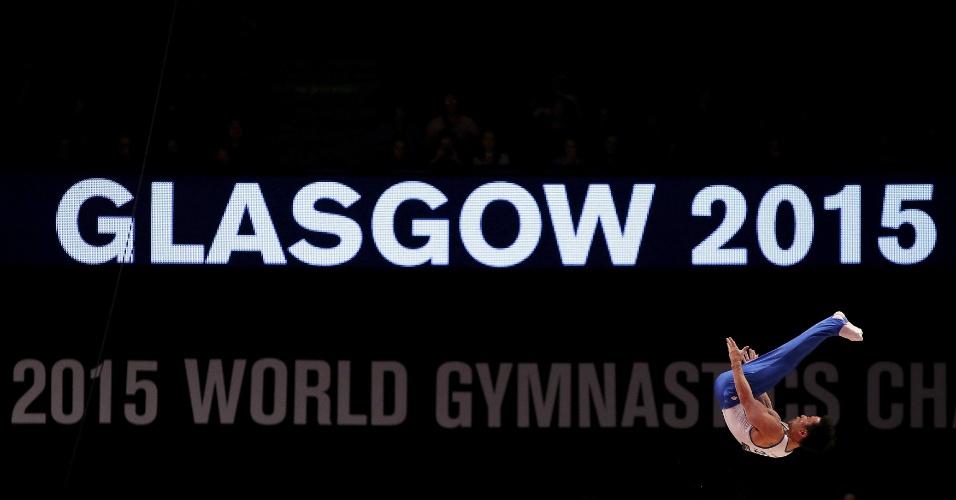 Wonchul Yoo, da Coreia do Sul, compete nas barras paralelas durante a final por equipes do Mundial de ginástica