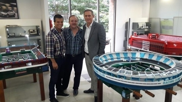 Martín Setula, desenhista argentino, cria mesas de pebolim réplicas de grandes estádios do país. Na foto (sentido horário), é possível ver as versões do Viejo Gasômetro (antigo estádio do San Lorenzo), Libertadores de América (Independiente) e El Cilindro (Racing)