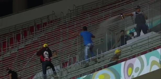 PM (direita) utiliza spray de pimenta para conter briga entre torcidas de Vasco e Vila Nova - Reprodução / Premiere