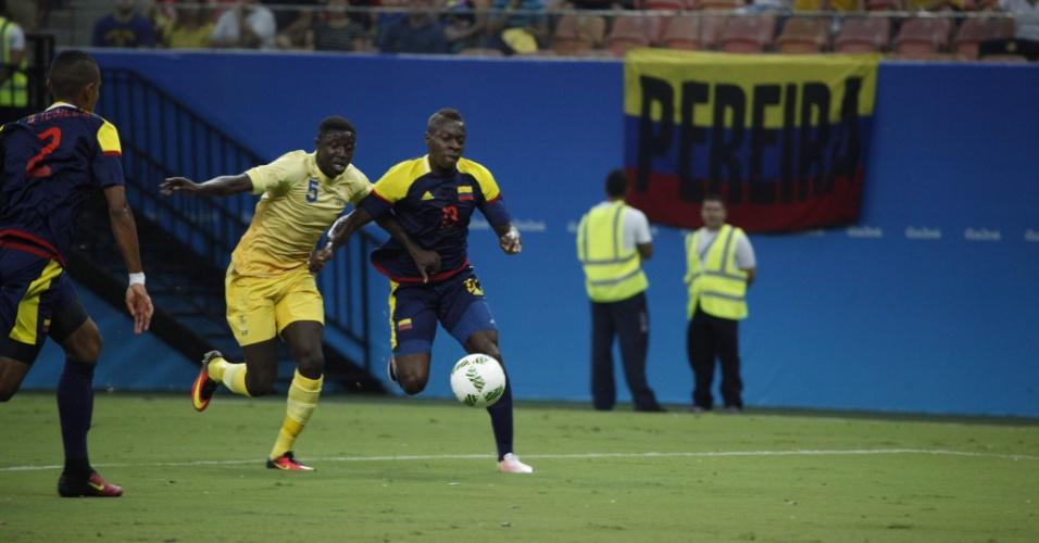 Konate disputa bola com Helibelton Palacios na estreia da seleção sueca pela Olimpíada