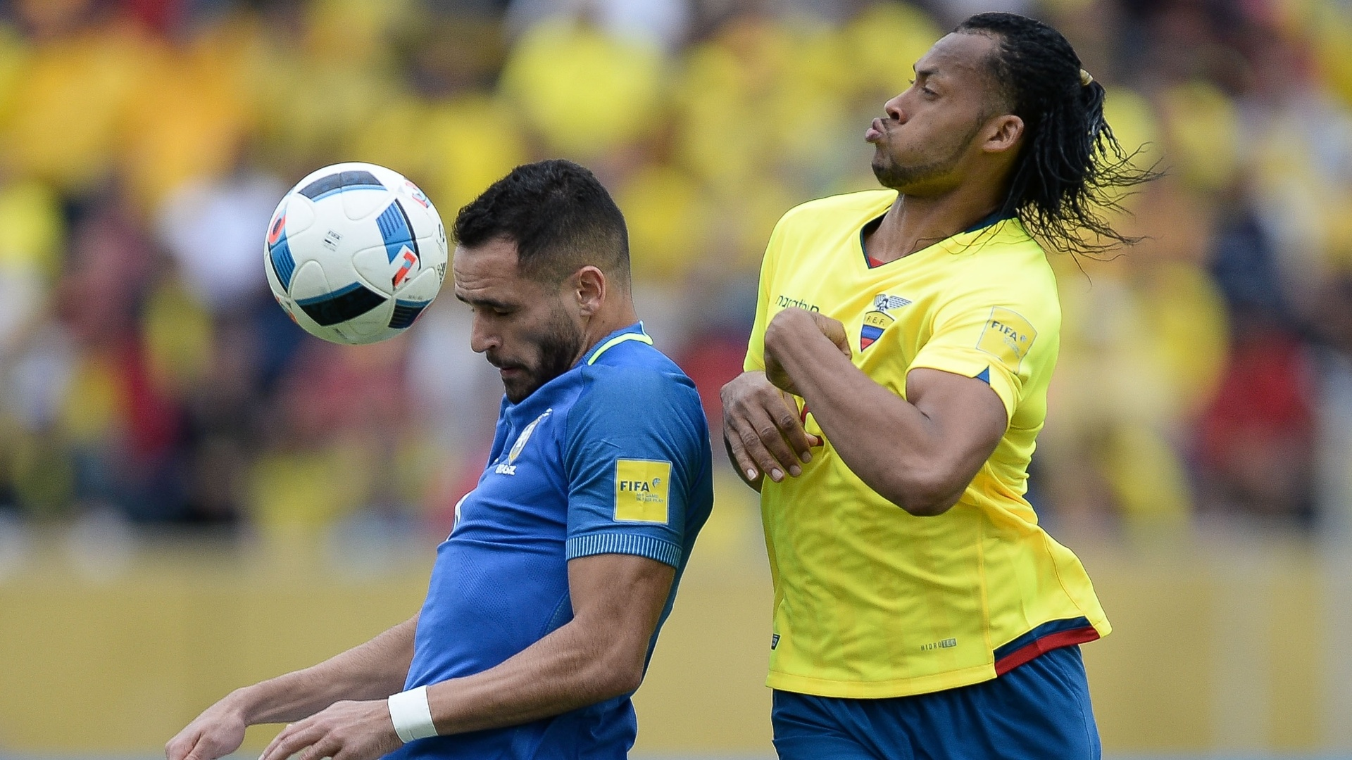 Renato Augusto sofre marcação ao tentar dominar a bola em partida pelas Eliminatórias da Copa