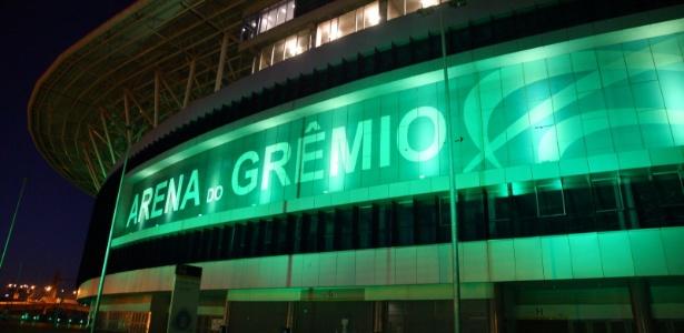Arena do Grêmio iluminada de verde por conta da tragédia da Chapecoense