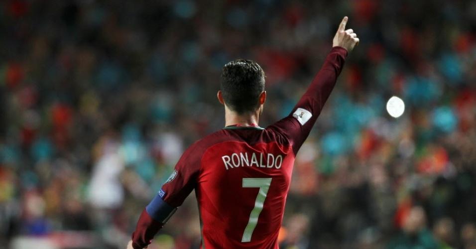 Cristiano Ronaldo comemora um dos seus gols na vitória de Portugal sobre a Hungria