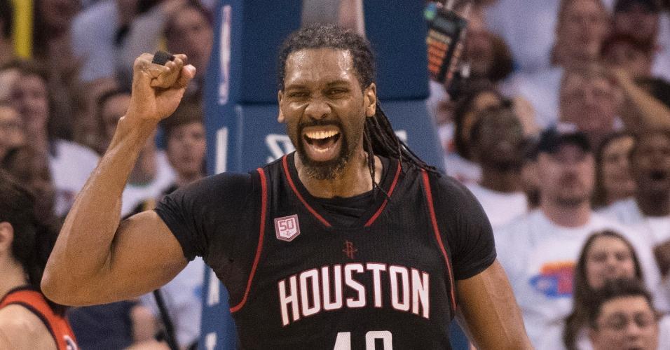 Nenê, do Houston Rockets, comemora jogada contra o Oklahoma City Thunder