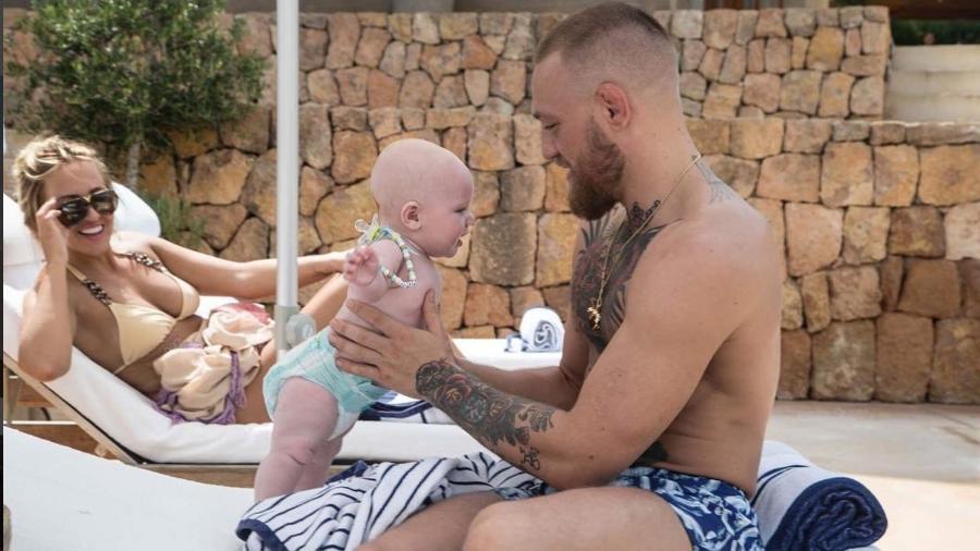 Mcgregor curte folga com o filho - Reprodução Instagram