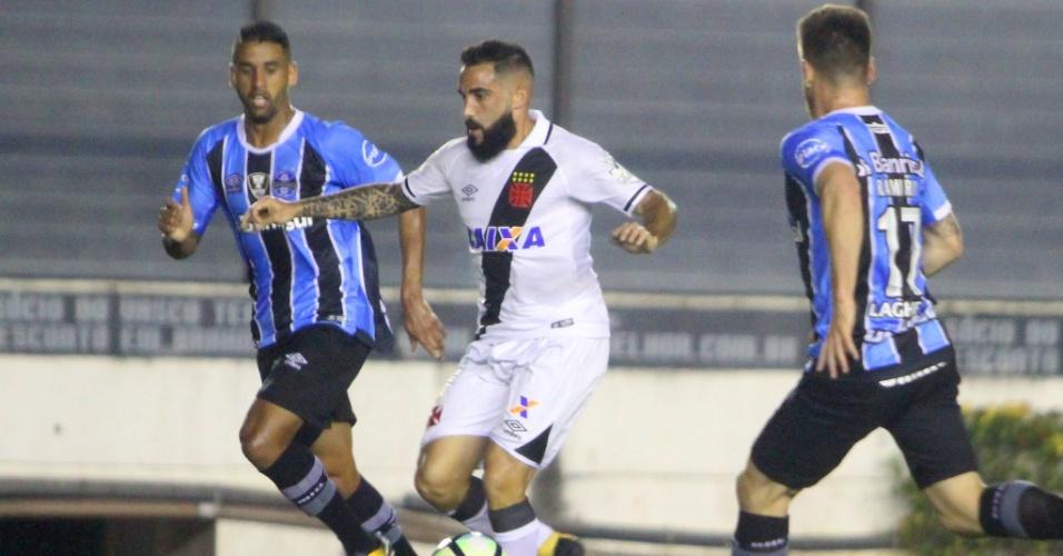 Escudero em disputa de bola durante Vasco x Grêmio