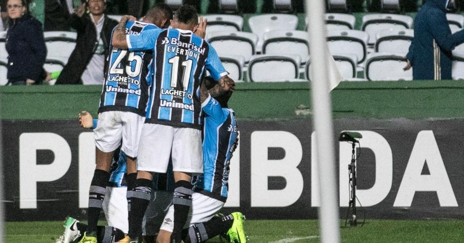 Ramiro comemora gol que deu a vitória ao Grêmio sobre o Coritiba