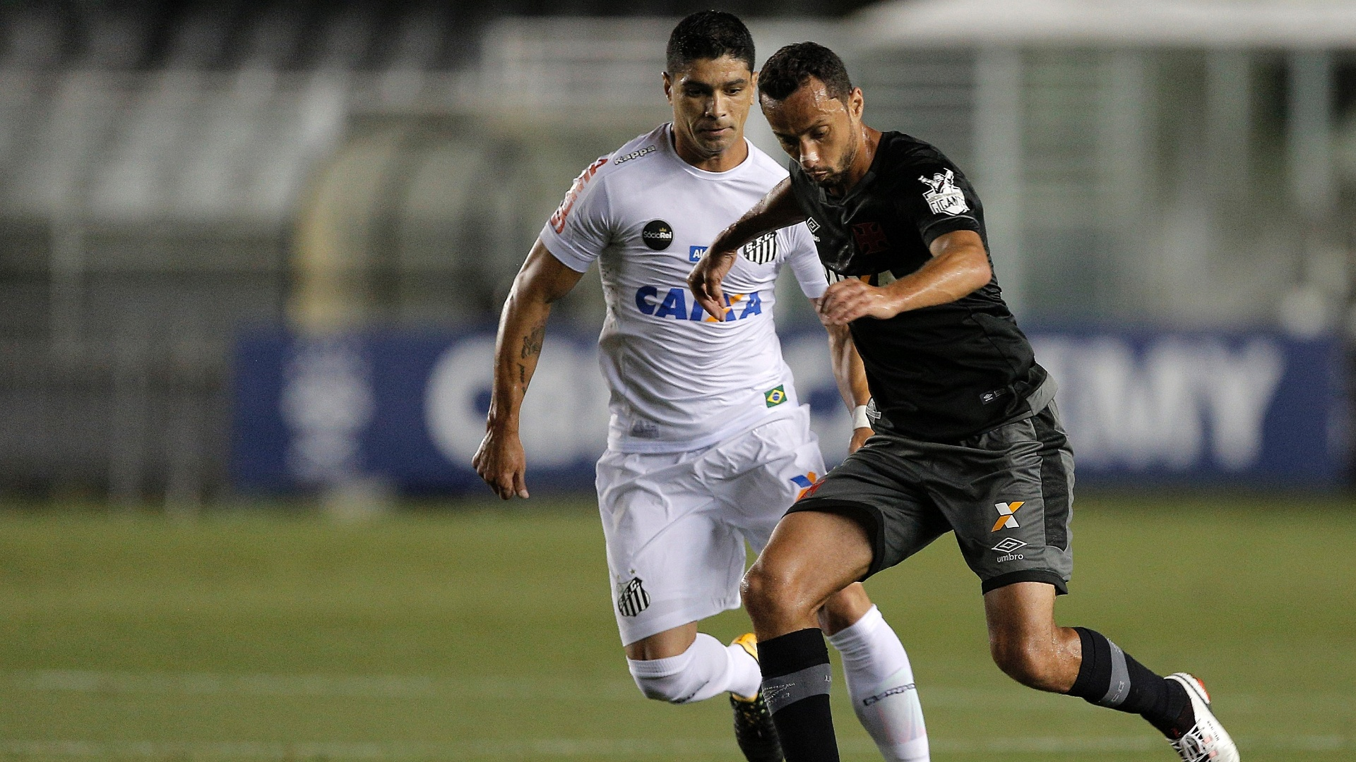 Renato e Nenê disputam lance em Santos x Vasco