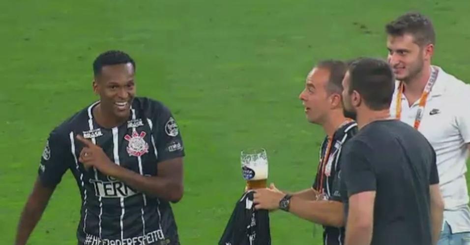 Jô recusa cerveja em comemoração do título do Corinthians
