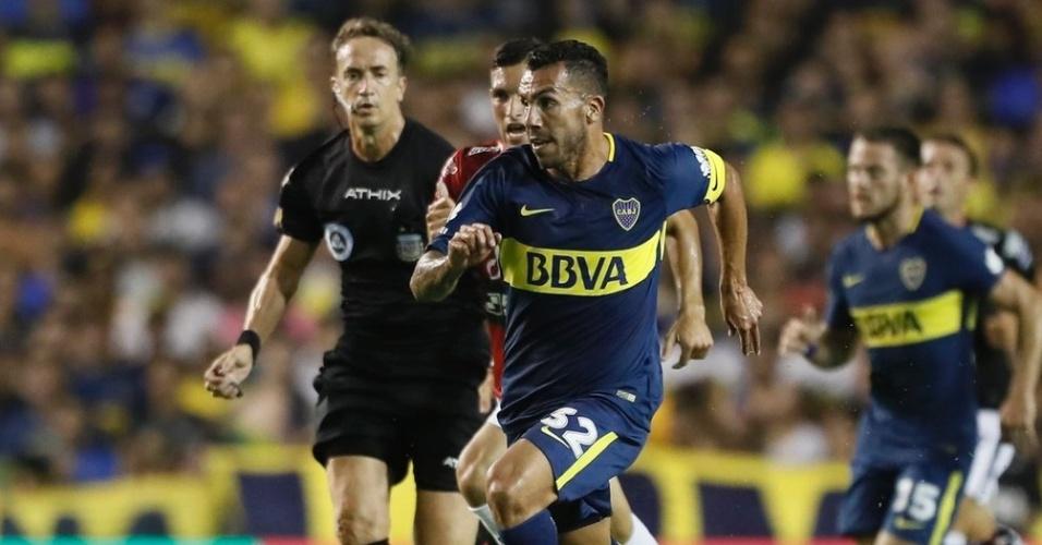 Tevez em ação na partida entre Boca Juniors e Colon