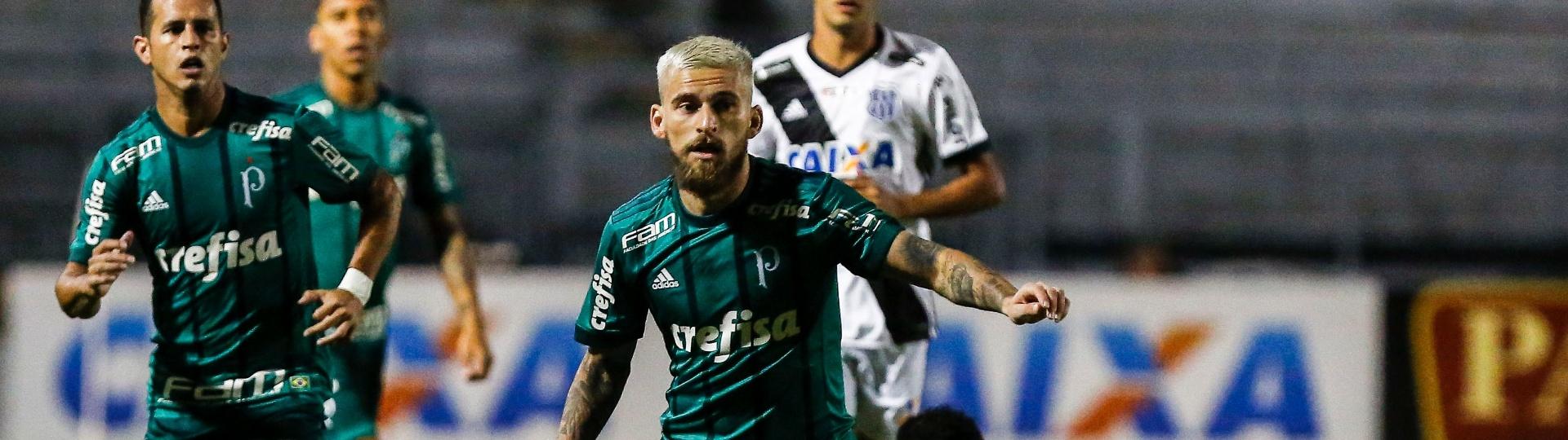 Lucas Lima tenta alcançar a bola na partida entre Ponte Preta e Palmeiras