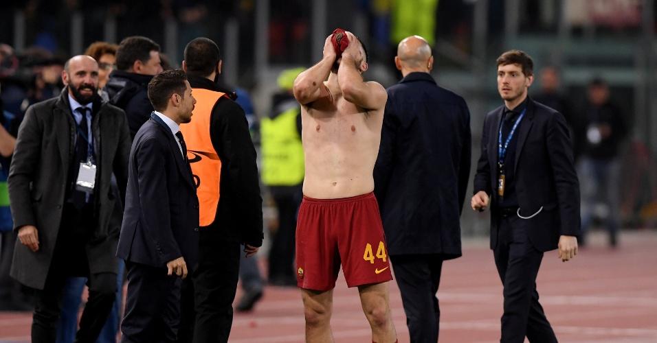 Manolas esconde o rosto com a camisa após marcar pela Roma sobre o Barça