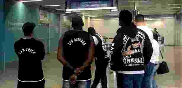 ae86dbf76ae78 Integrantes de organizadas se fizeram presentes no desembarque do Vasco no  aeroporto Imagem  Bruno Braz UOL