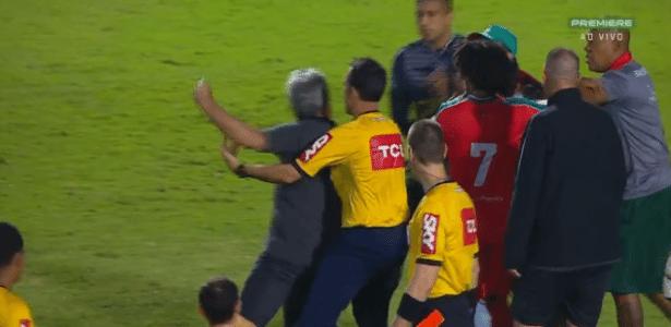 Kleina (de costas) é contido pelo quarto árbitro ao tentar encarar funcionário do Boa