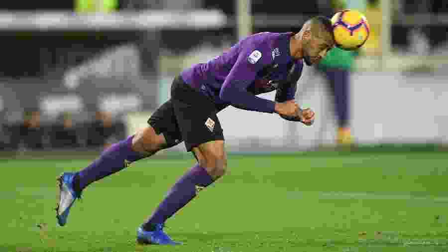 Zagueiro Vitor Hugo em ação pela Fiorentina na última temporada - ALBERTO LINGRIA/REUTERS