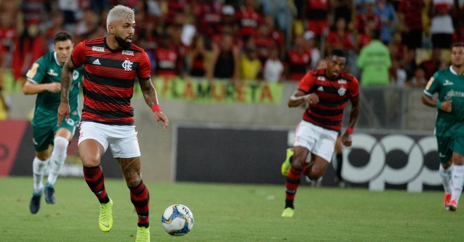 Gabigol carrega a bola pelo Flamengo contra o Boavista-RJ