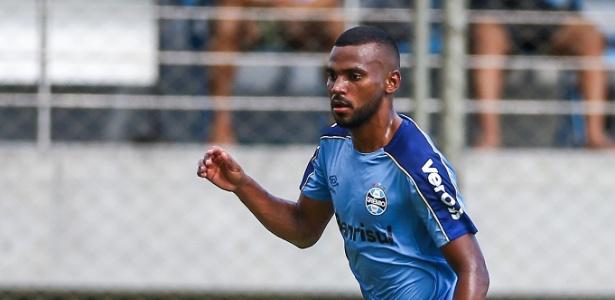 Leonardo tem Léo Moura como tutor ao mesmo tempo em que disputa posição no time titular - Lucas Uebel/Grêmio