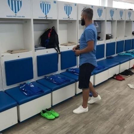 Meia Douglas visita o vestiário do Avaí - Divulgação/Avaí Futebol Clube