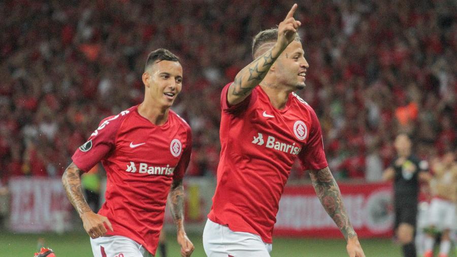 Iago e Nico López comemoram um dos gol do atacante uruguaio - Lucas Sabino/AGIF