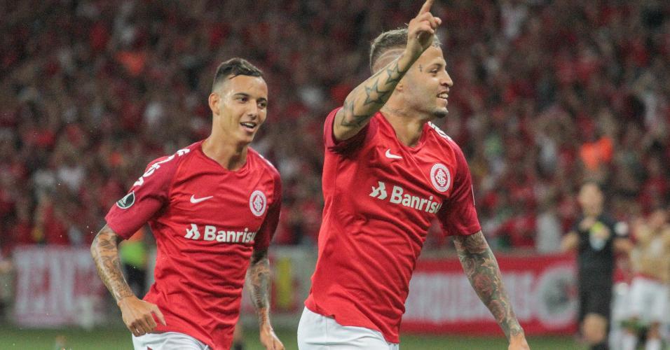 Iago e Nico López comemoram um dos gol do atacante uruguaio
