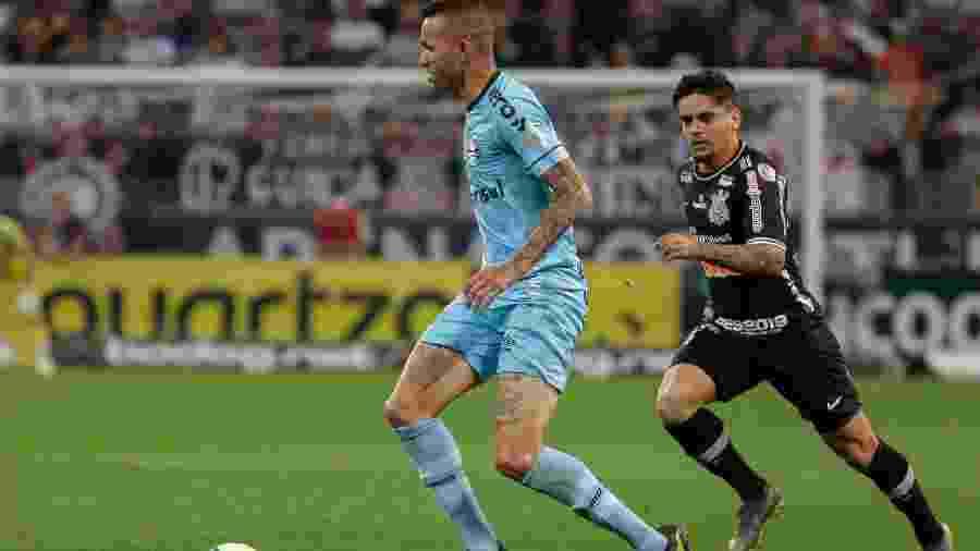 Fagner marca Luan na partida Corinthians x Grêmio pelo 1º turno do Campeonato Brasileiro 2019 - Marcello Zambrana/AGIF
