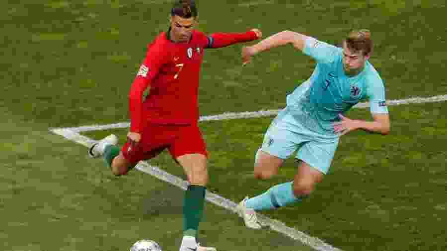 Cristiano Ronaldo e De Ligt durante duelo Portugal x Holanda - Susana Vera/Reuters