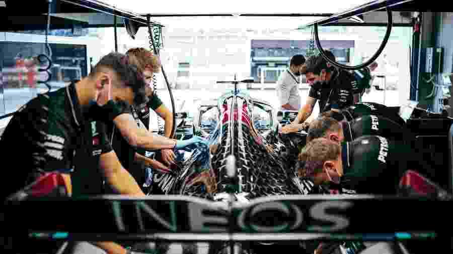 Mecânicos da Mercedes trabalham no carro antes de sessão de treinos livres em Sochi - Sebastian Kawka/Mercedes