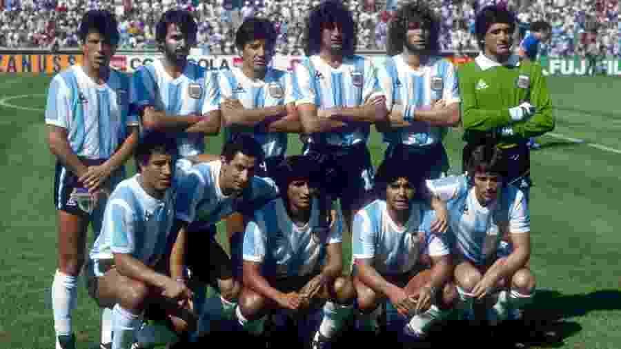 Ramon Diaz e Maradona posam lado a lado (agachados) antes de jogo Argentina x Itália na Copa de 1982 - Peter Robinson/EMPICS via Getty Images