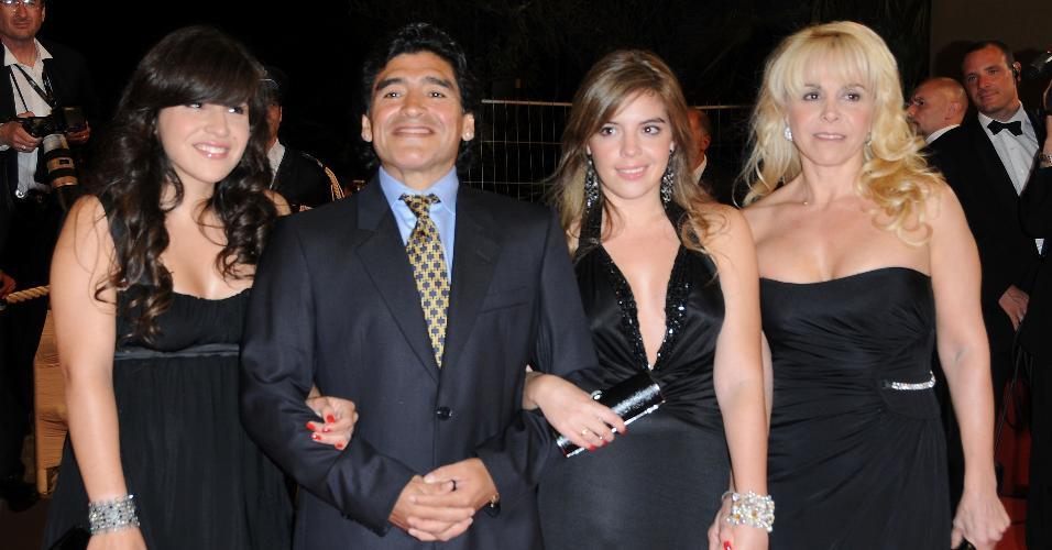 Diego Armando Maradona com sua ex-mulher, Claudia Villafane (dir.) e suas filhas Dalma Nerea e Giannina Dinorah em 2008