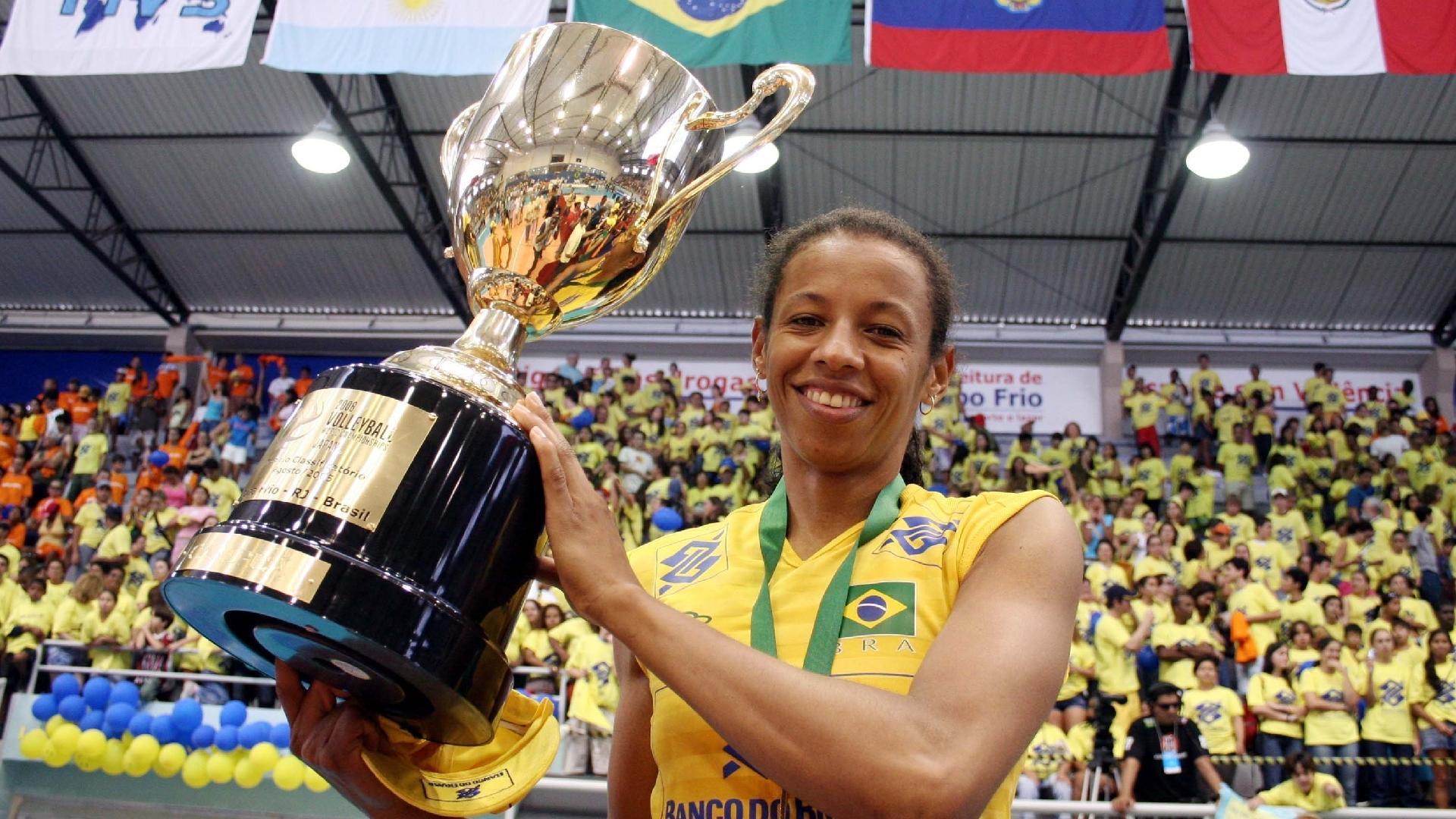 A capitã da seleção brasileira, Valeskinha, comemora com o troféu a conquista do classificatório para o Mundial de 2006 após a vitória sobre a seleção da Argentina (em 2005)