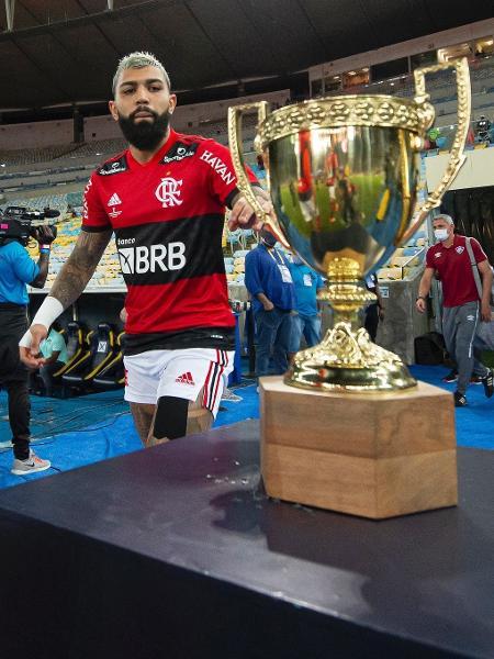 Gabigol toca a taça do Campeonato Carioca 2021 antes do jogo - Alexandre Vidal/Flamengo
