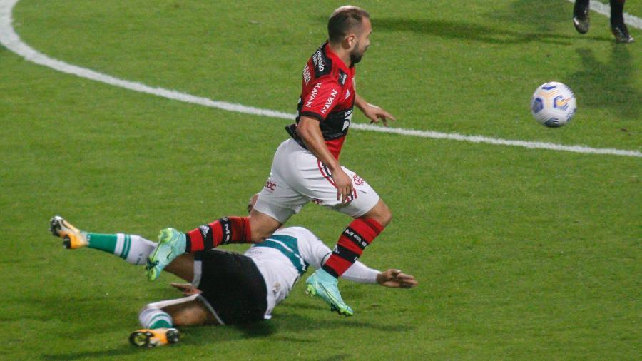 Everton Ribeiro em ação durante a partida do Flamengo contra o Coritiba, pela Copa do Brasil 2021. - Gabriel Machado/AGIF