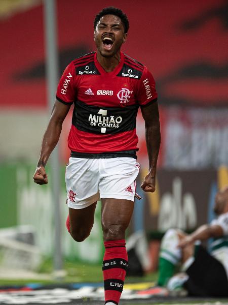 Vitinho comemora seu gol pelo Flamengo contra o Coritiba pela Copa do Brasil - Jorge Rodrigues/AGIF