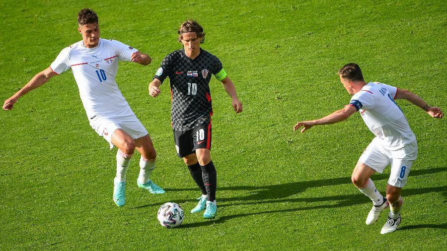 Modric em ação durante duelo entre Croácia e República Tcheca, pelo Grupo D da Eurocopa -  ANDY BUCHANAN / POOL / AFP