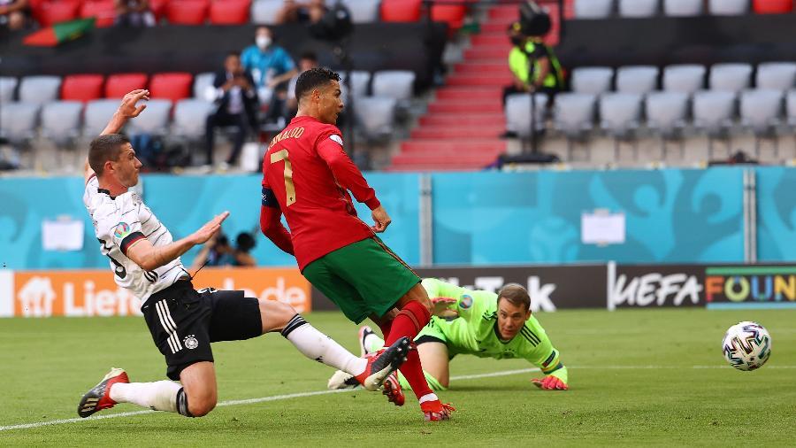 Robin Gosens, da Alemanha e Cristiano Ronaldo, de Portugal, em campo pela Eurocopa - Kai Pfaffenbach/Getty Images