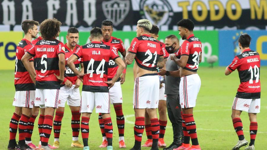 Jogadores do Flamengo reunidos antes de começar a partida contra o Atlético-MG, pela 10ª rodada do Brasileirão 2021. - Fernando Moreno/Fernando Moreno/AGIF