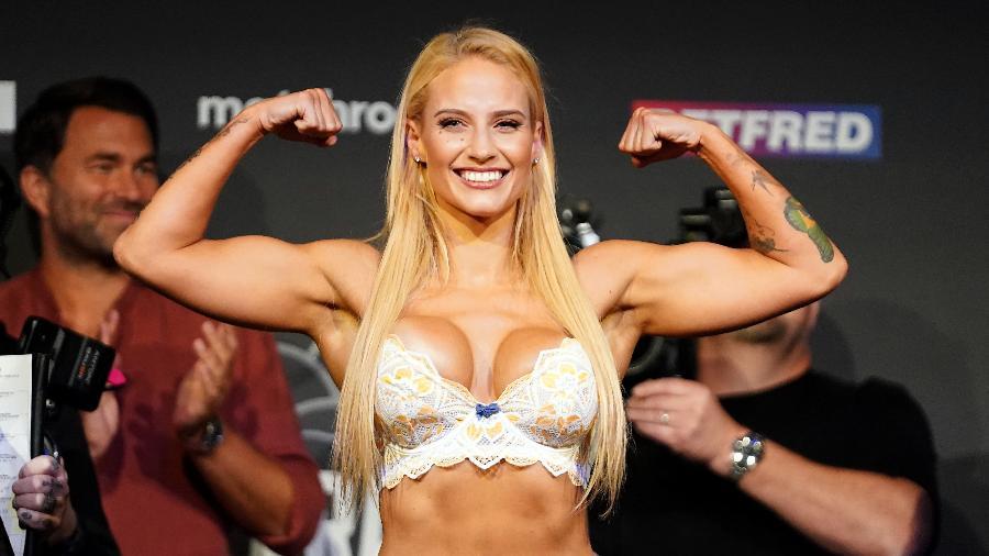 Ebanie Bridges chama a atenção dos fãs pelo seu estilo de luta e as roupas que utiliza nas pesagens  - Zac Goodwin - PA Images/PA Images via Getty Images