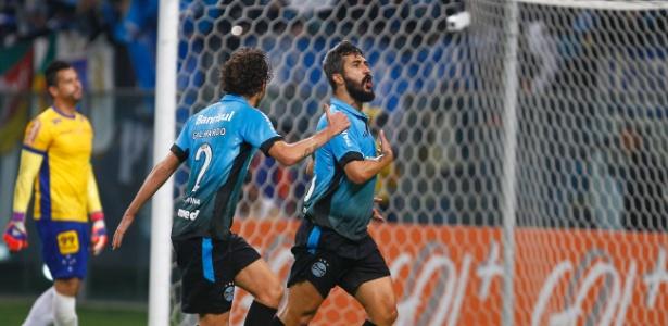 Douglas foi titular do Grêmio na última temporada e acertou permanência até o fim do ano