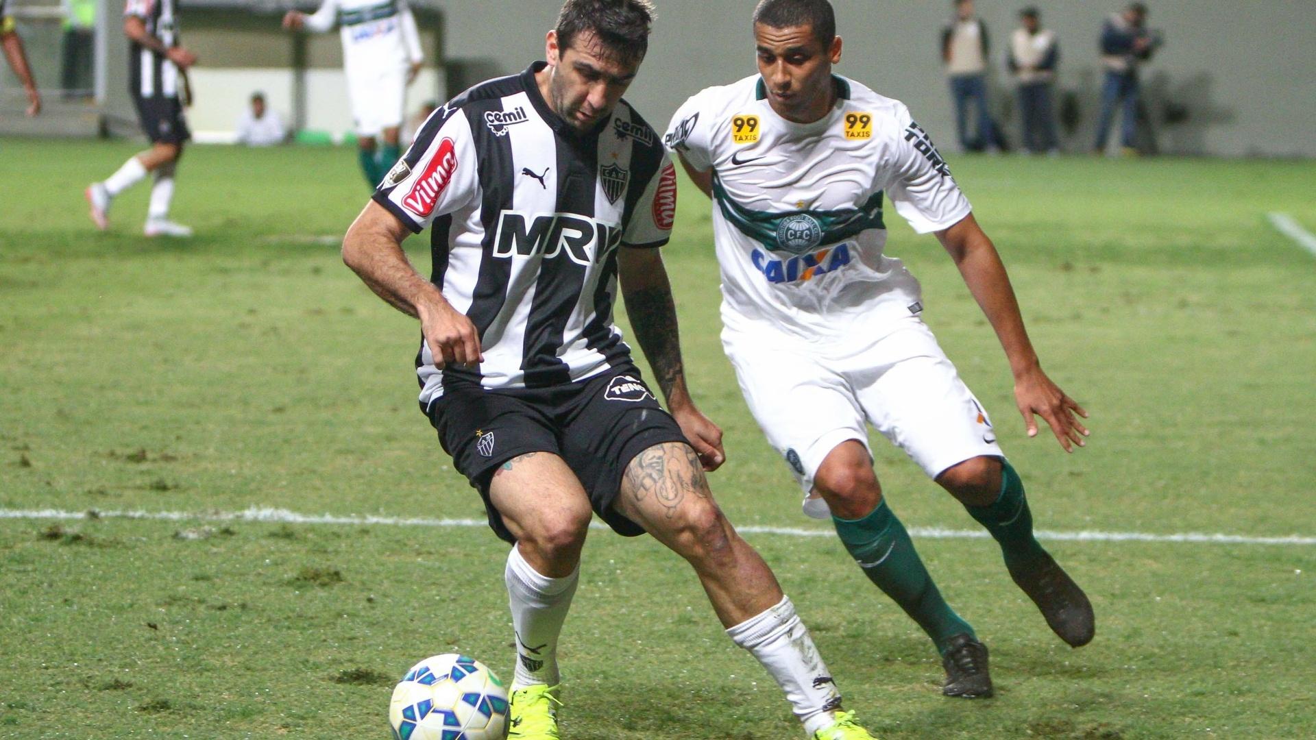 Lucas Pratto tenta encarar a marcação do Coritiba no jogo do Atlético-MG